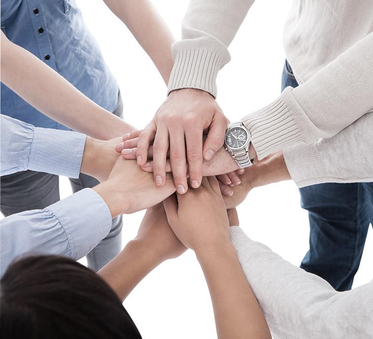 zdjęcie przedstawiające ręce ludzi trzymających się razem