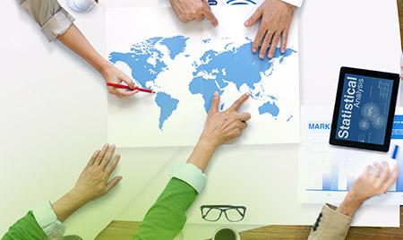 Zdjęcie przedstawiające ludzi pracujących na mapie